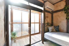 101号室と102号室の壁は、モルタル造形が施されています。掃き出し窓の奥はサンルームです。(101号室)(2017-01-11,専有部,ROOM,1F)