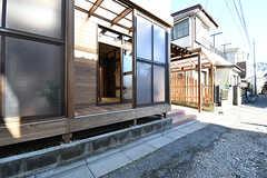 サンルームの大きな窓を開けることができます。網戸もついています。(101号室)(2017-01-11,専有部,ROOM,1F)