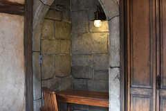 ヨーロッパの礼拝堂をイメージしたデスクスペースが用意されています。(101号室)(2017-01-11,専有部,ROOM,1F)