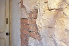 赤レンガの壁は、フランスの古民家をイメージしてデザインしたとのこと。(102号室)(2017-01-11,専有部,ROOM,1F)