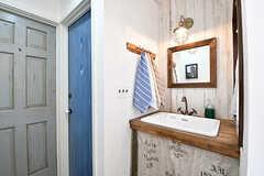 左手から204号室、トイレ、洗面台です。(2017-01-11,共用部,OTHER,2F)