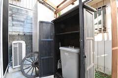 ストッカーの様子。キッチンのゴミや、自分の部屋のゴミを移すことができるとのこと。(2017-01-11,共用部,OTHER,1F)