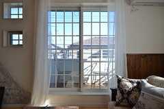 掃き出し窓からはベランダに出られます。(2016-01-20,共用部,LIVINGROOM,2F)