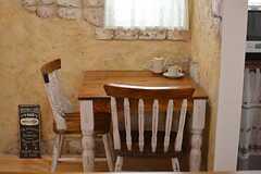 壁際には2人用の小さなテーブルが設けられています。(2016-01-20,共用部,LIVINGROOM,2F)