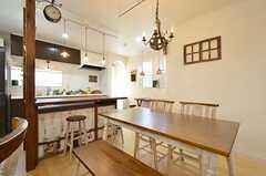 ダイニングの様子3。キッチンとダイニングテーブルの間には大きな作業台が設置されています。(2016-01-20,共用部,LIVINGROOM,2F)