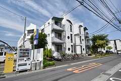 シェアハウスの外観。特徴的なデザインです。2棟並んでいるうち、左手の建物がシェアハウスです。(2016-06-01,共用部,OUTLOOK,1F)