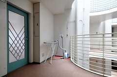 部屋の入り口前のスペースにはアイロン台と掃除機が。(201号室)(2016-06-01,専有部,ROOM,2F)