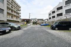 車を停めたい場合は、隣接する駐車場を契約することができます。(2021-07-07,共用部,ENVIRONMENT,1F)