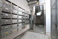 青い扉を開けると、左手にポスト、右手にゴミステーションが設置されています。(2012-05-15,周辺環境,ENTRANCE,1F)