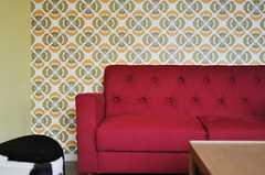 レトロな柄の壁紙と、赤いソファの相性がグッド。(2012-05-15,共用部,LIVINGROOM,3F)