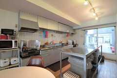 キッチンの様子。掃き出し窓からはルーフバルコニーへ出られます。(2012-05-15,共用部,KITCHEN,3F)