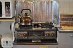 ガスコンロの様子。2台あります。(2012-05-15,共用部,KITCHEN,3F)