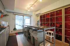 赤いボックスは、部屋毎に分けられた食材などを収納できるスペースです。(2012-05-15,共用部,KITCHEN,3F)