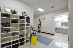 靴箱の様子。右手に洗面台があります。(2012-05-15,共用部,OTHER,4F)