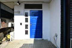 玄関の様子。ポストと同じ青です。(2017-11-07,周辺環境,ENTRANCE,1F)