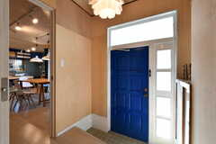 内部から見た玄関まわりの様子。すぐ隣がリビングです。(2017-11-07,周辺環境,ENTRANCE,1F)