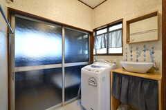 脱衣室の様子。洗濯機と洗面台が設置されています。(2017-11-07,共用部,BATH,1F)