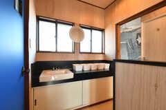 廊下に設置された洗面台の様子。(2017-11-07,共用部,WASHSTAND,2F)