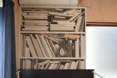 枕元には本棚の壁紙。(204号室)(2017-11-07,専有部,ROOM,2F)