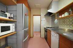 キッチンの様子2。正面奥が水まわりです。(2012-03-19,共用部,KITCHEN,1F)