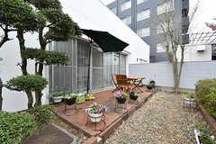 庭の様子2。パラソルも設置されています。(2017-04-17,共用部,OTHER,1F)
