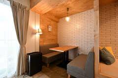 壁際には半個室のようなソファ席があります。(2017-04-17,共用部,LIVINGROOM,1F)