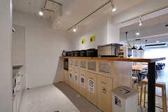 キッチン家電の様子。ゴミ箱も設置されています。(2017-04-17,共用部,KITCHEN,1F)