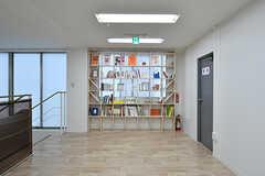 廊下に設置された本棚の様子。(2017-04-17,共用部,OTHER,2F)