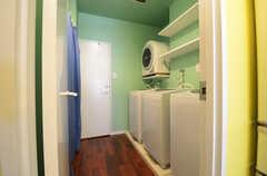 水回り設備の様子。奥にバスルームがあります。(2013-03-26,共用部,LAUNDRY,1F)