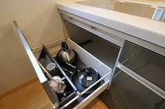 鍋類は引き出しの中に。(2011-02-11,共用部,KITCHEN,1F)