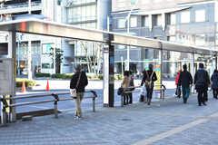 東武伊勢崎線・新越谷駅周辺の様子。駅前にバス停があります。(2018-01-11,共用部,ENVIRONMENT,1F)