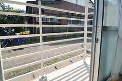 掃き出し窓の外は柵が設けられています。(101号室)(2013-04-01,専有部,ROOM,1F)