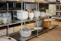 シンク下には食器類などが置かれています。(2015-04-28,共用部,KITCHEN,1F)
