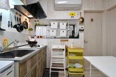 キッチン周辺の様子。窓辺には専有部ごとに使える収納箱が用意されています。(2019-12-18,共用部,KITCHEN,1F)