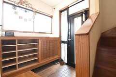 内部から見た玄関の様子。靴箱は専有部ごとに使えるスペースが決まっています。(2016-07-11,周辺環境,ENTRANCE,1F)