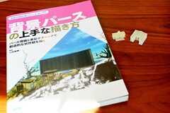 背景パースの書籍と、3Dプリンターでつくられた作品が置かれています。事業者さんが専門学校で講師をしていたため、希望者は教えてもらえるとのこと。(2016-07-11,共用部,OTHER,1F)