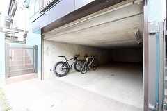 駐輪場の様子。自動開閉のシャッター付きです。(2016-07-11,共用部,GARAGE,1F)