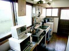 廊下に設置された共用キッチンの様子。(B棟・2F)(2007-03-22,共用部,KITCHEN,1F)