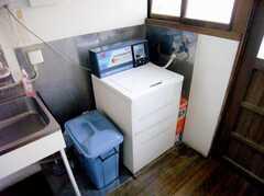 廊下に設置された洗濯機の様子。(B棟・2F)(2007-03-22,共用部,LAUNDRY,1F)