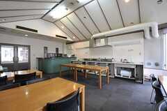 大食堂の様子2。一角に調理機材が並んでいます。(2012-05-30,共用部,KITCHEN,1F)