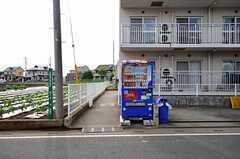 駐輪場の入り口。自動販売機が設置されています。(2012-05-30,共用部,OTHER,1F)