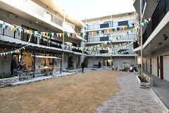 中庭の様子。建物はロの字型で、中庭を囲うように専有部が配置されています。撮影時は内覧イベントが開催されていました。(2020-02-02,共用部,OTHER,1F)