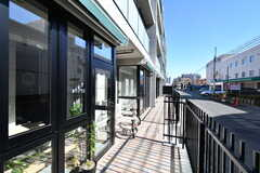 通りに面して土間と出入口があるSOHOタイプの専有部もあります。(2020-02-02,専有部,ROOM,1F)