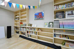 多目的ルームの本棚。入居者は自由に使えます。(2020-03-10,共用部,LIVINGROOM,1F)