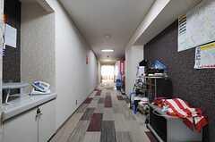 廊下の様子。突き当たりがラウンジです。(2013-04-18,共用部,OTHER,1F)