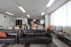 ソファの向かいにはTVがあります。(2013-04-18,共用部,LIVINGROOM,1F)
