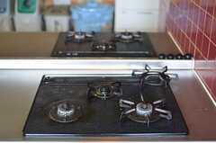 ガスコンロは対面で2台。(2013-04-18,共用部,KITCHEN,1F)