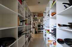 キッチン裏手の部屋ごとに分けられた食材などを置けるスペース。(2013-04-18,共用部,KITCHEN,1F)