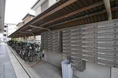 自転車置き場と郵便受けの様子。(2013-04-18,共用部,OTHER,1F)