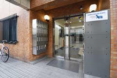 玄関の様子。ドアの脇にポストが設置されています。ポストは専有部ごとに用意されています。(2016-10-06,周辺環境,ENTRANCE,1F)
